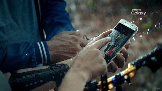 Ştiaţi că? De ce să nu pui Galaxy S7 la încărcat când e ud!