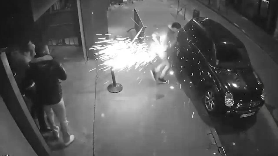 Explozia unei ţigări electronice, surprinsă de o cameră de supraveghere