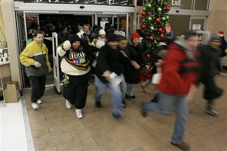 large_black-friday-shoppers