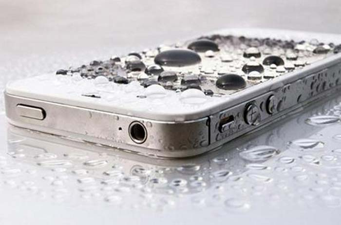cum-salvezi-un-telefon-scapat-in-apa