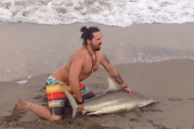 Un bărbat a scos un rechin din apă să facă poze cu el