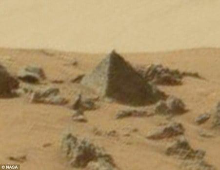 crucifix pe marte piramida