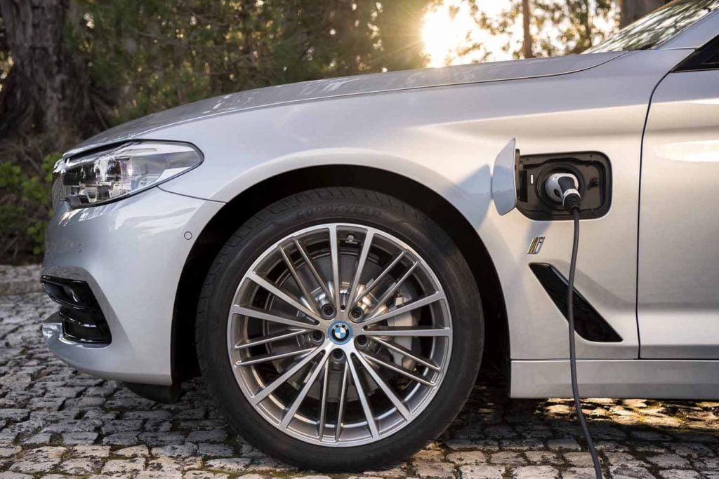 BMW 530e iPerformance îţi permite să alegi – carburant sau electric?