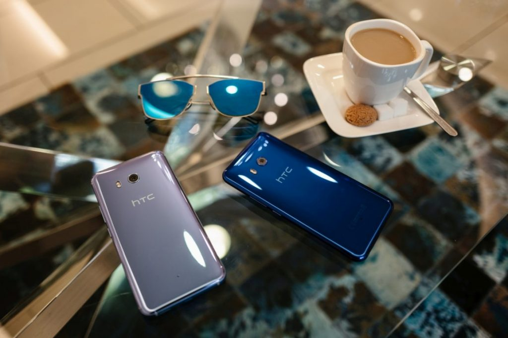 htc u11 HTC-U11_Silver_Blue_Lifestyle