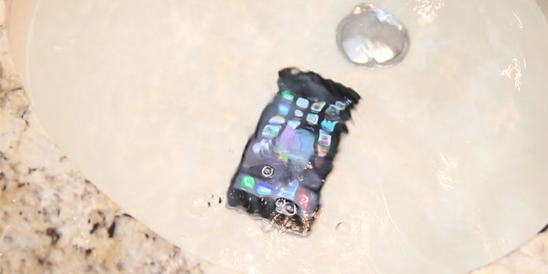 turnat apa pe telefon fix-water-damaged-phone