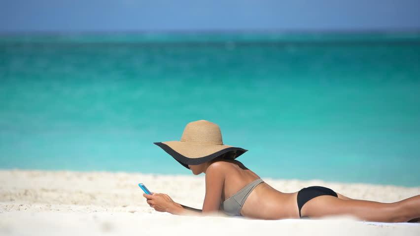Aplicaţii de telefon, pentru vacanţă! Tu cum te distrezi când stai la plajă?