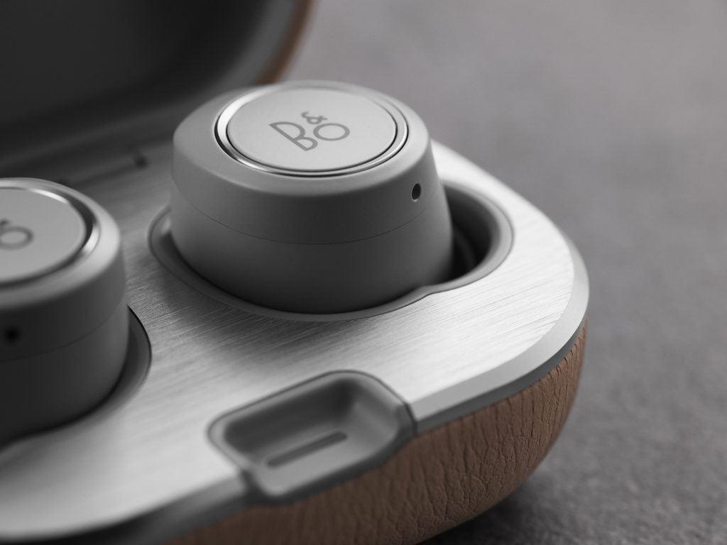 Bang &Olufsen Beoplay E8 2.0. Noi căști wireless cu autonomie de până la 16 ore